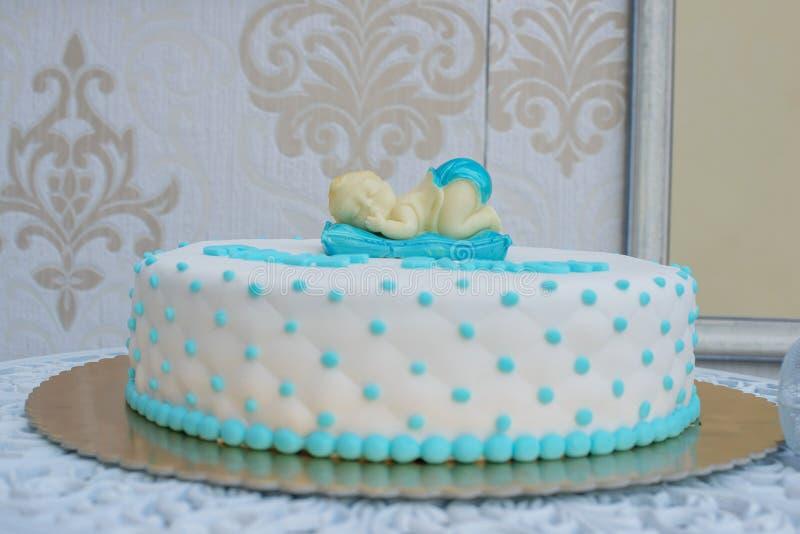 定制的婴儿送礼会或第一生日蛋糕一个男孩的有睡觉婴孩轻便短大衣和象坐垫的结冰的 图库摄影