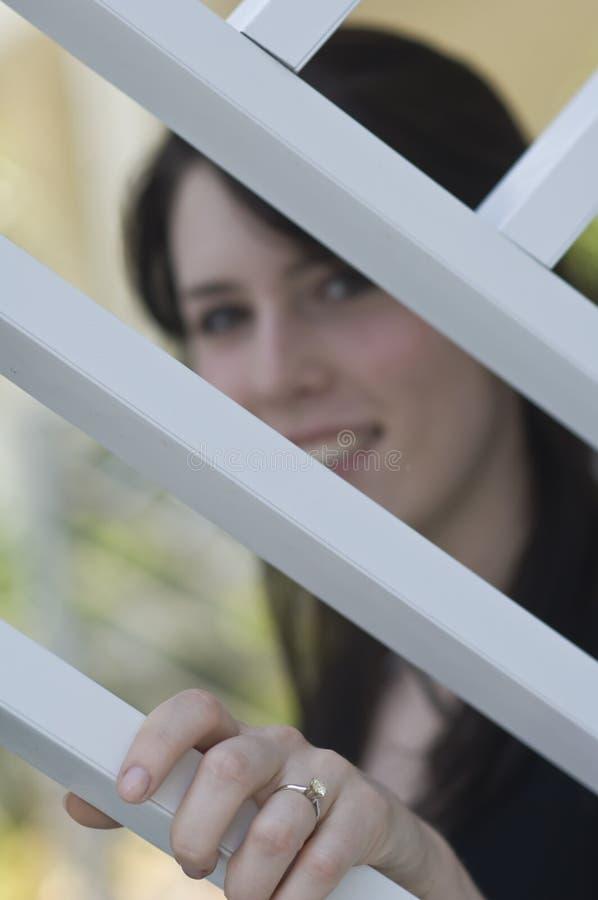定婚戒指佩带的妇女年轻人 库存照片