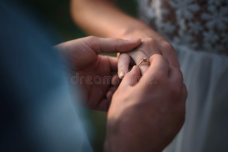 定婚戒指在手边 库存图片