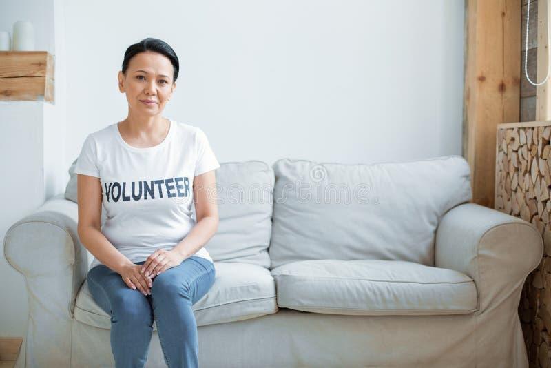 宜人的女性志愿等待的人 免版税库存照片