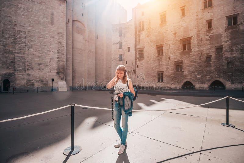 宜人的好可爱的白肤金发的女孩在阿维尼翁 免版税库存照片