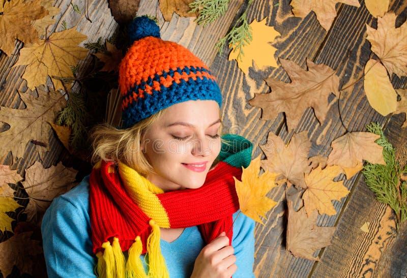 宜人的片刻 秋天舒适大气 在木背景的女孩快乐的面孔位置用桔子留下顶视图 秋天 免版税库存照片