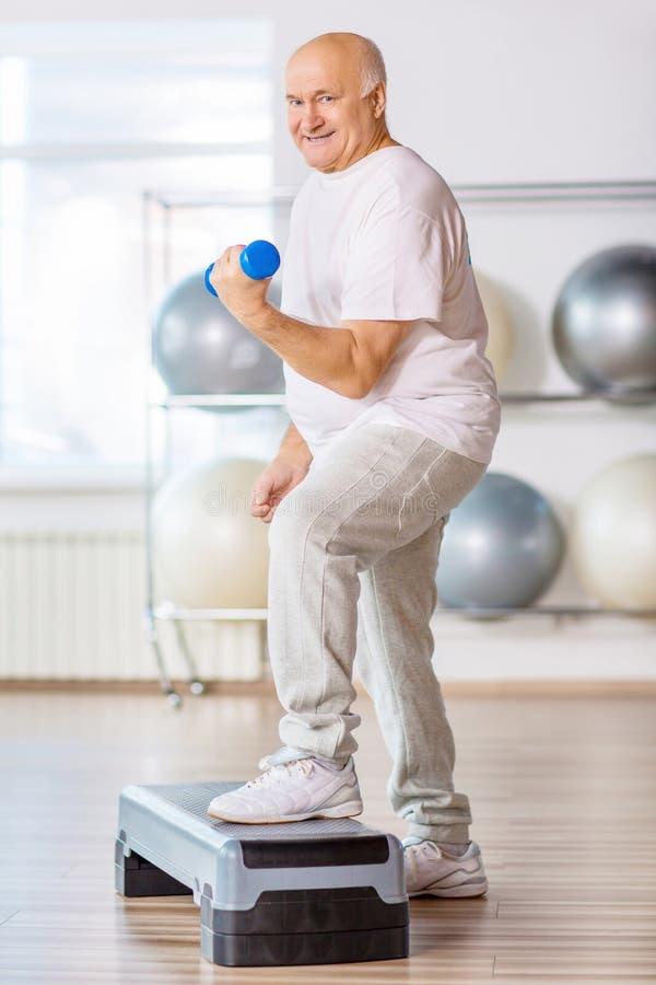 宜人的老人实践的步有氧运动 免版税库存图片