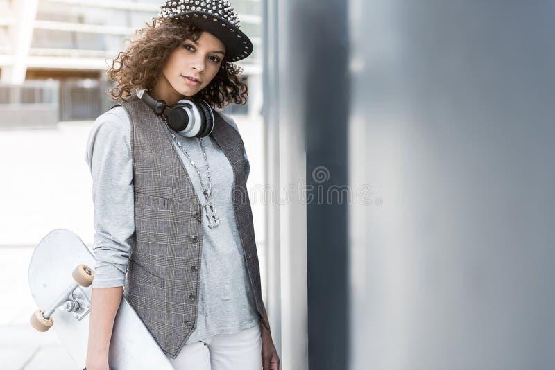 宜人的年轻时髦妇女休息户外 库存图片