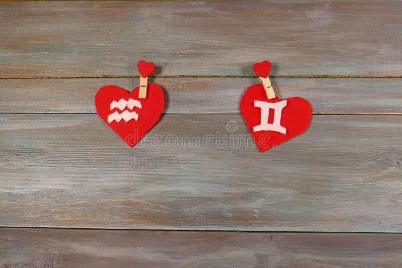 宝瓶星座和孪生 黄道十二宫和心脏 木backgr 免版税库存照片