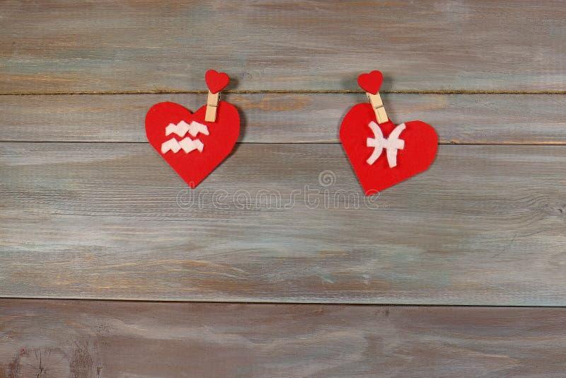 宝瓶星座和鱼 黄道十二宫和心脏 木backgro 库存图片