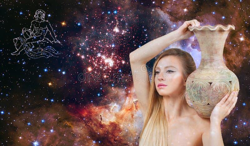 宝瓶星座黄道带标志 占星术和占星 星系背景的美女宝瓶星座 免版税库存照片