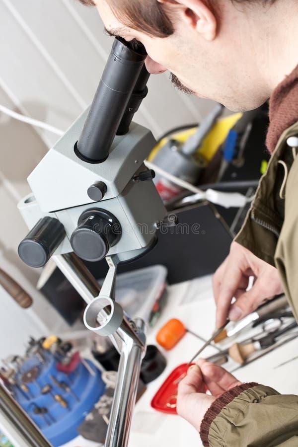 宝石工人显微镜工作 免版税库存照片