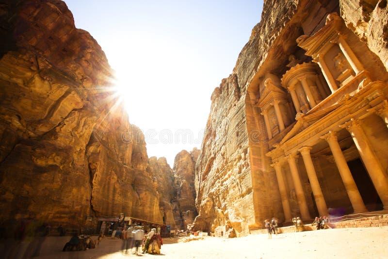 财宝(Al Khazneh)有金黄太阳的Petra古城 免版税图库摄影