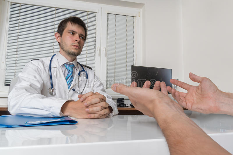 实习者医生与患者谈话在办公室 医疗会诊或辩论概念 库存照片
