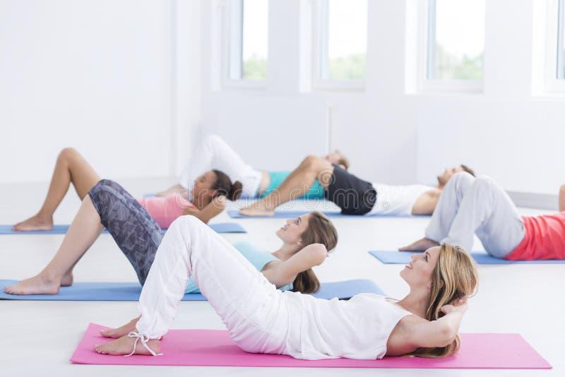 实习者锻炼在健身演播室 免版税图库摄影
