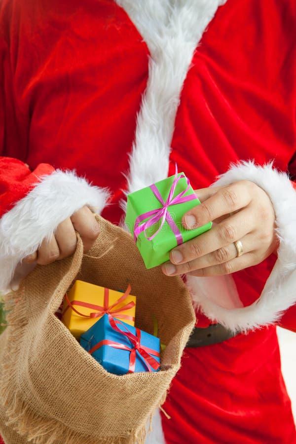 实施礼物的圣诞老人 免版税库存照片