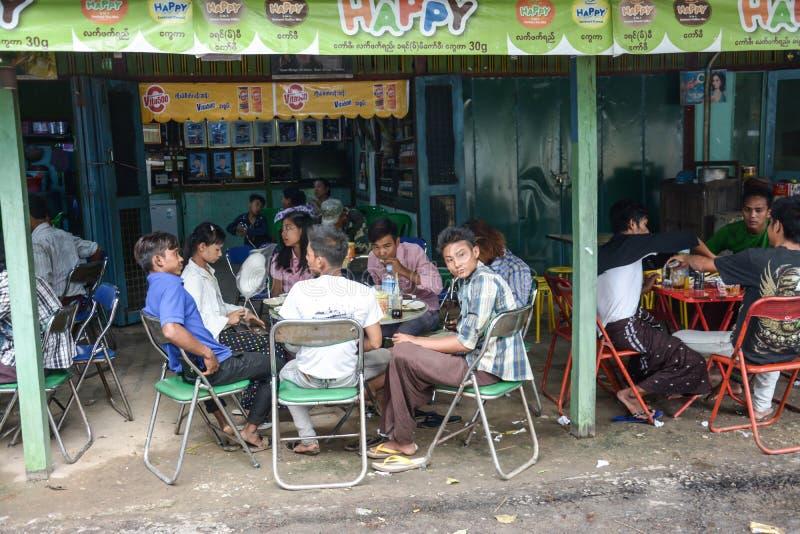 实皆小山,缅甸- 2015年7月31日:redtaurant的人们在寺庙附近在曼德勒附近的实皆小山顶部, 图库摄影