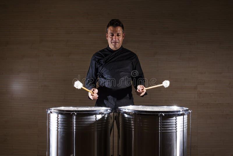 实践与两个鼓的打击乐演奏者 图库摄影