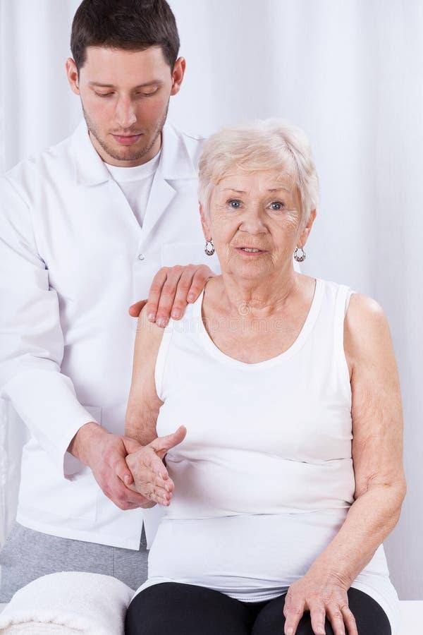实践与老妇人的生理治疗师 免版税库存照片