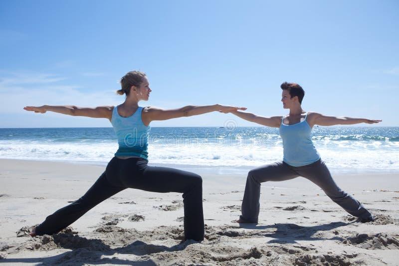 实践二女子瑜伽的海滩 库存图片