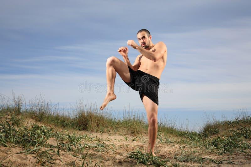 实践反撞力的拳击手外面 免版税库存图片