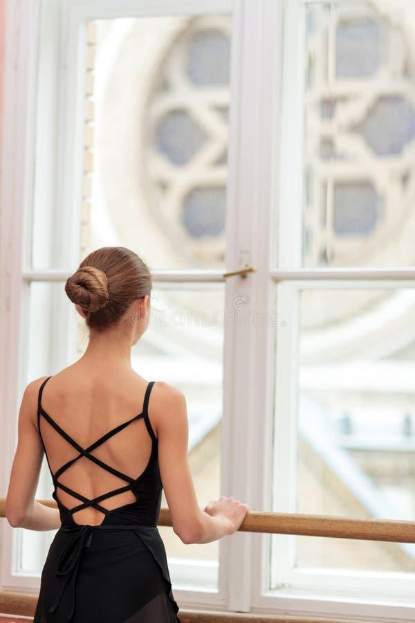 实践古典芭蕾的十几岁的女孩 免版税库存图片