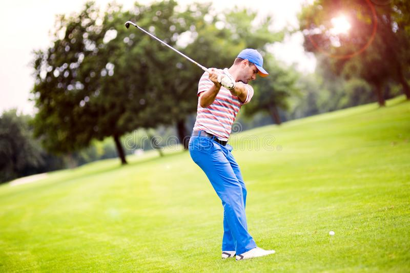 实践和集中在射击前后的高尔夫球运动员 免版税库存照片