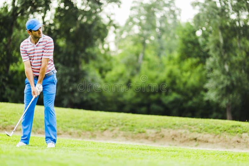 实践和集中在射击前后的高尔夫球运动员 库存照片