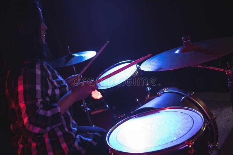 实践在夜总会的女性鼓手 免版税库存照片