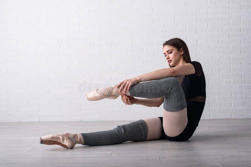 实践在她的艺术演播室地板上的芭蕾舞女演员  库存照片