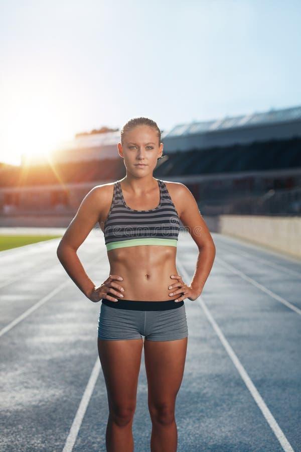 实践在竞技体育场内的赛跑者 免版税图库摄影