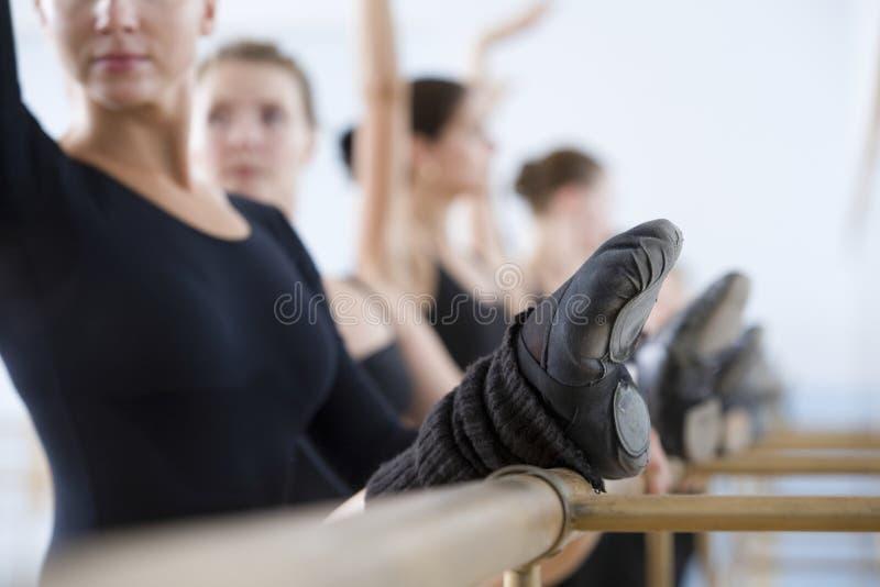 实践在纬向条花的跳芭蕾舞者 免版税库存照片