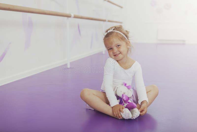 实践在舞蹈演播室的华美的少女芭蕾舞女演员 免版税库存照片