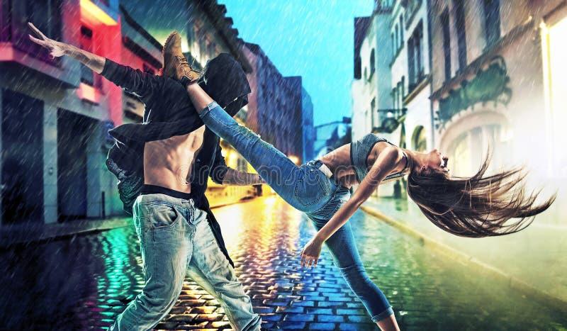 实践在雨中的坚持的年轻舞蹈家 免版税库存图片