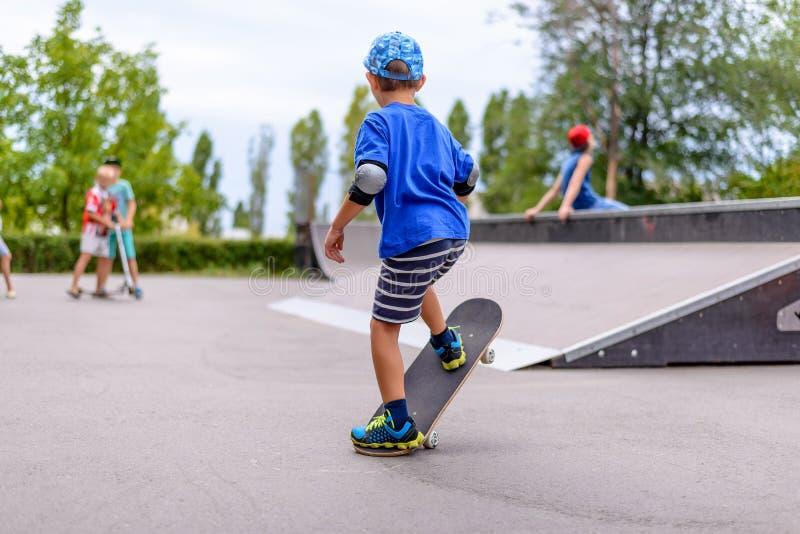 实践在他的滑板的小男孩 免版税库存图片