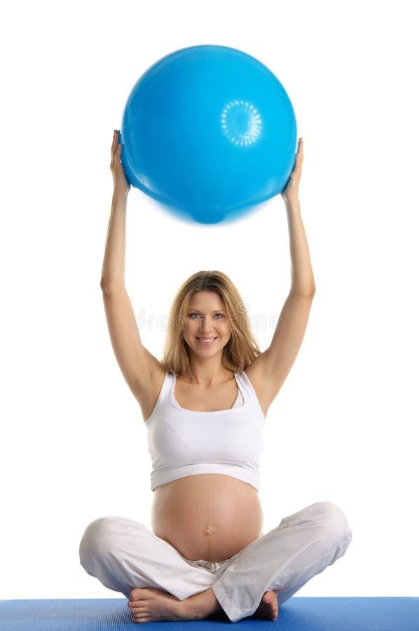 实践孕妇瑜伽的球 免版税图库摄影