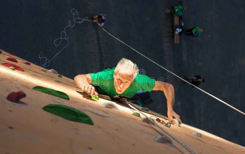 实践极端体育的年迈的人 免版税库存照片