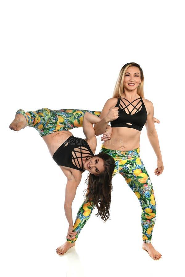 实践瑜伽的少妇 库存图片
