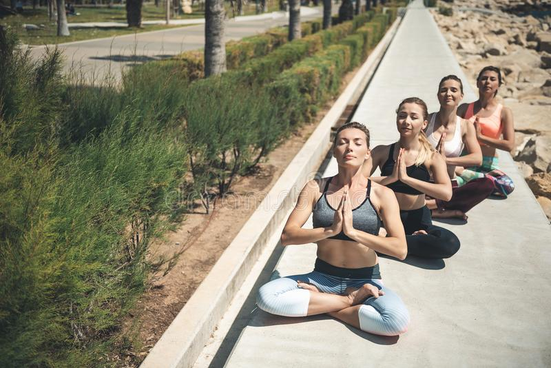 实践瑜伽的平静的夫人在沿海岸区 图库摄影