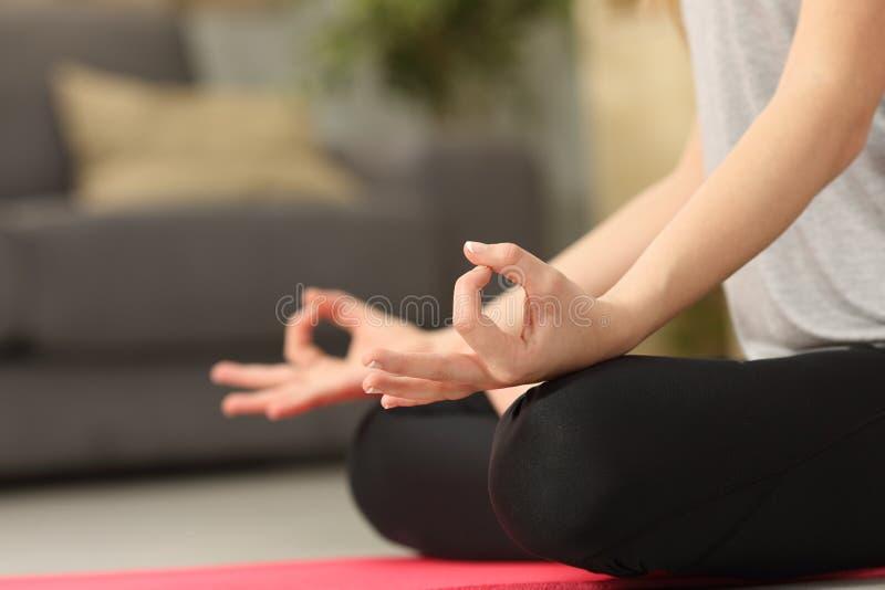 实践瑜伽锻炼的妇女手 库存照片