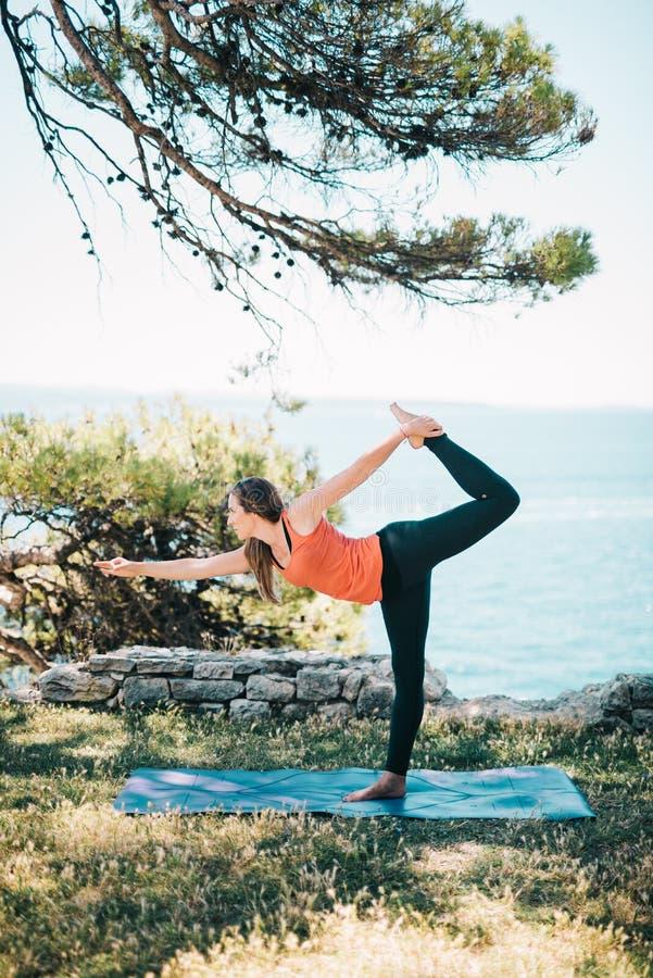 实践的女子瑜伽 免版税库存照片