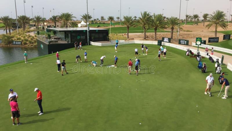 实践绿色在高尔夫球场 免版税库存图片