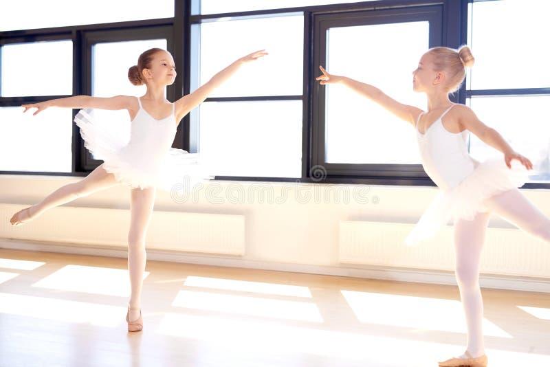 实践芭蕾的两个优美的小女孩 免版税库存照片