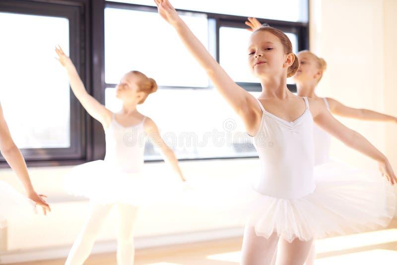 实践芭蕾的优美的年轻芭蕾舞女演员 图库摄影
