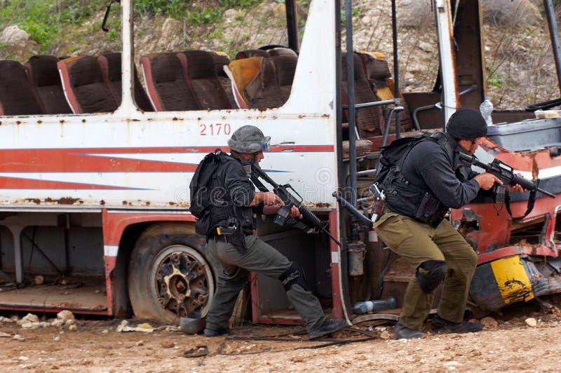实践被劫机的公共汽车的抢救反暴力恐怖份子的小队 免版税库存照片