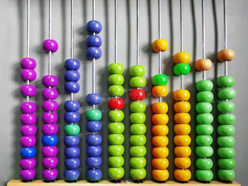 实践计数与五颜六色的木小珠的孩子的算盘 免版税库存图片