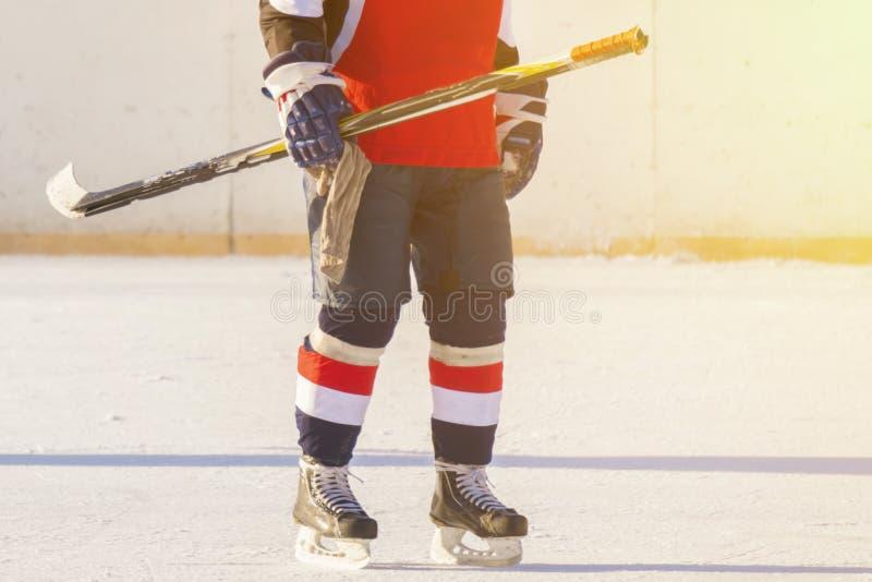 实践训练比赛技能的f冰球球员 图库摄影