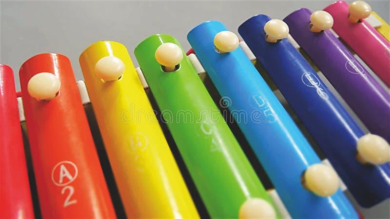 实践音乐的孩子的特写镜头五颜六色的木琴 图库摄影