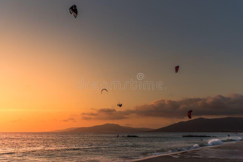在日落的风筝海浪 库存图片