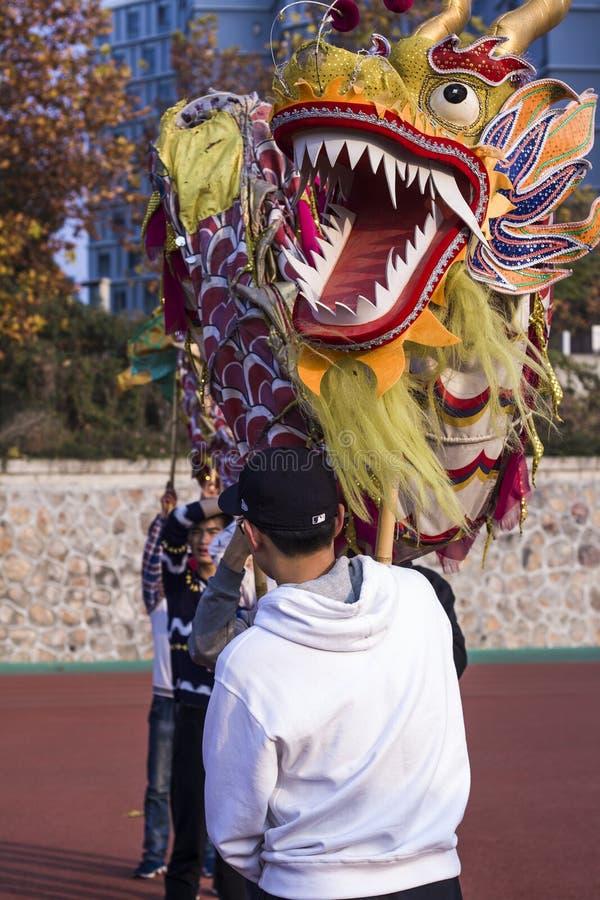 实践龙舞蹈的龙舞蹈家在中国 免版税图库摄影