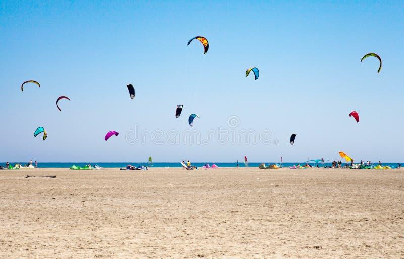 实践Kitesurfing的人们 在半岛Prasonisi的海滩, 库存图片