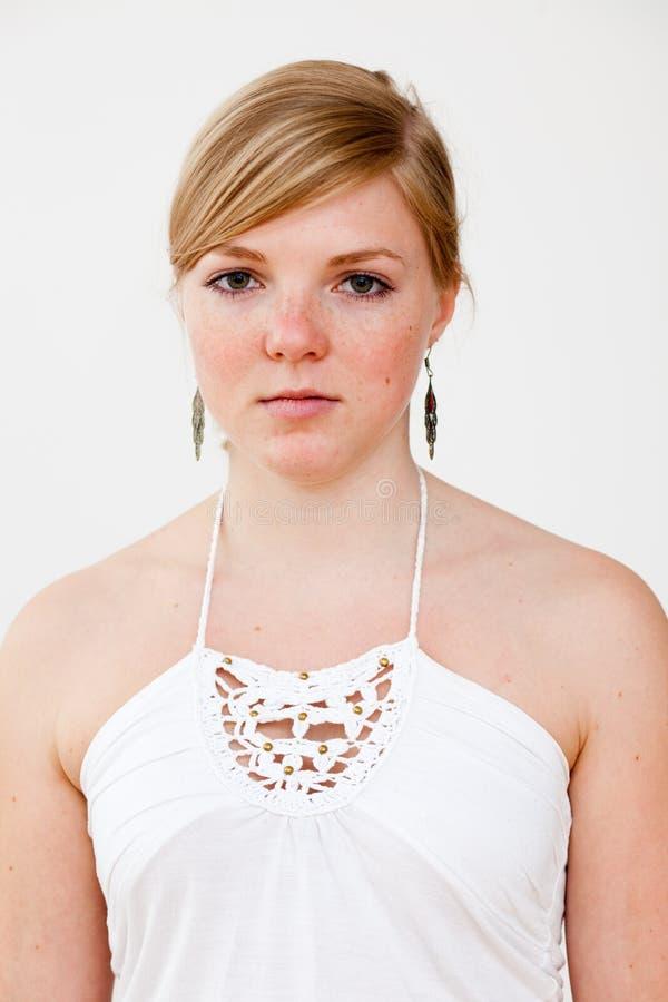 实际人纵向: 严重的新白肤金发的妇女 免版税库存图片