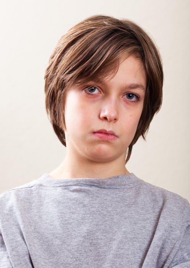 实际人纵向: 严重的青春期前的男孩 库存照片