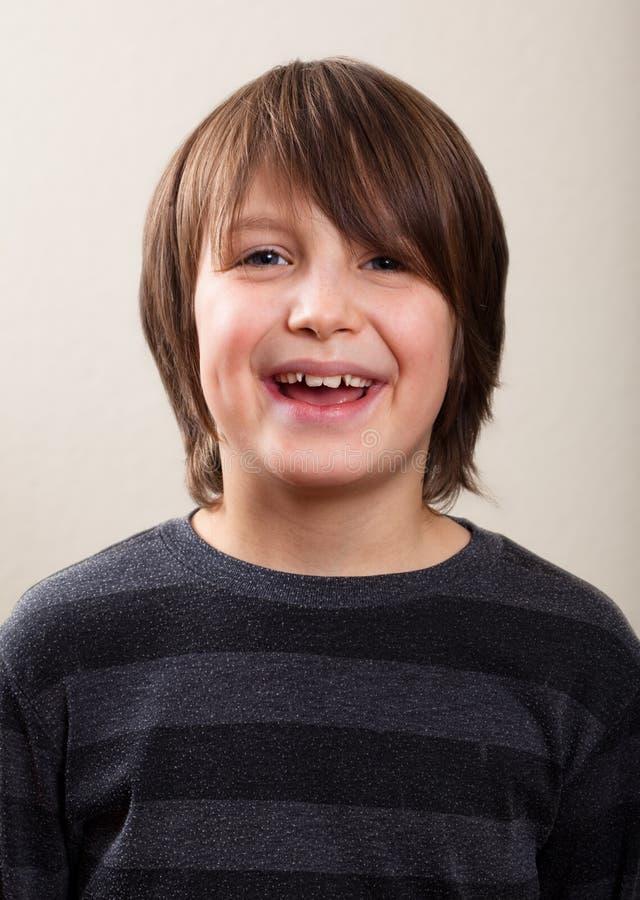 实际人纵向: 微笑,青春期前的男孩 库存图片